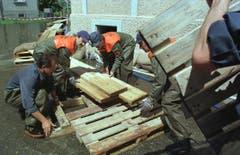 Zivilschutz Steinach baut Stege für die Anwohner im Hochwassergebiet. (Bild: Archiv)