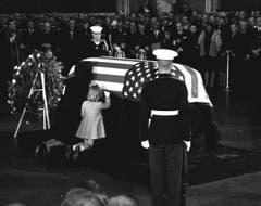 Jacqueline Kennedy küsst den Sarg ihres ermordeten Mannes. (Bild: Keystone)
