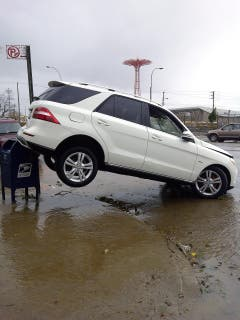 Sturm Sandy hat dieses Auto gleich umparkiert. (Bild: Keystone)