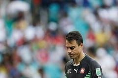 Enttäuscht trottet Diego Benaglio nach der Pleite gegen Frankreich an der WM 2014 vom Feld. (Bild: Keystone)