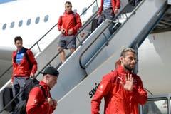 Angeführt von Valon Behrami verlassen die Spieler das Flugzeug. (Bild: Keystone)