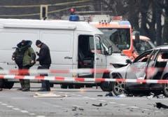 Bombenspezialisten ziehen Schutzanzüge an. (Bild: Keystone)