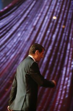 Ein Bild von grosser Symbolkraft: Der Meister tritt am 20. September 2003 bei der 50-Jahr-Jubiläumsfeier des Schweizer Fernsehens ab. Am 21. Dezember 2014 verlässt er die Bühne des Lebens. (Bild: Keystone)