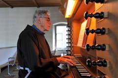 Bruder Karl Bauer an der Orgel. (Bild: Hanspeter Schiess)