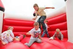Seenachtsfest Fantastical in Kreuzlingen. Kinder spielen in der Hüfpburg. (Bild: Benjamin Manser)