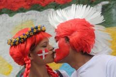 Blumenmädchen und Irokesenmann: Ein Küsschen auf die Schweiz. (Bild: Keystone)