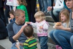 St. Gallen - OFFA Frühlingsmesse Freitzeit- und Sportmesse und Pferdemesse Besucher bei oder in der Arene bei der Darbietung der Pferdevoltiiererinnen Familie beim Bratwurst essen (Bild: Ralph Ribi)