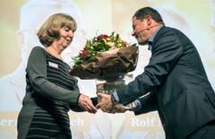 David Angst bedankt sich bei der langjährigen Sekretärin Christina Ehrensberger. (Bild: Reto Martin)
