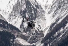 Ein Helikopter bei einem Such- und Rettungsflug über der Absturzstelle. (Bild: Keystone)