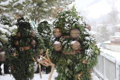 Die Silvesterchläuse unterwegs auf den verschneiten Strassen und Wegen. (Bild: Patrik Kobler)