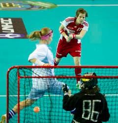 Die Schweizerin Natalie Stadelmann schiesst das Tor zum 6:0. (Bild: Urs Bucher)