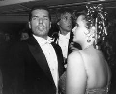 Der österreichische Popstar Falco (links) besucht zusammen mit seiner Schwester den Wiener Opernball (Aufnahme vom 22. Februar 1990). (Bild: Keystone)