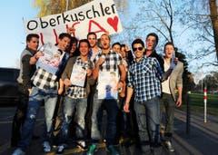 Optimistisch: Die Fans von «Oberkuschler» Luca Ruch vor der Sendung. (Bild: Nana do Carmo)