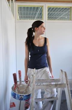 Verträumter Blick: Lisa Schneider in ihrer Malerkluft. (Bild: Nana do Carmo)