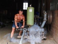 Der 21-jährige Schwyzer Valentin ist Fitnesstrainer. Er lebt auf dem elterlichen Betrieb, wo er in seiner Freizeit tatkräftig mithilft - sei es bei ihnen im Naturschutzgebiet, wo nur Handarbeit gefragt ist oder bei der Heuernte. (Bild: www.bauernkalender.ch)