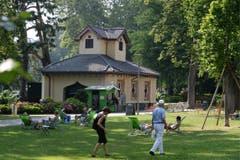 Menschen geniessen den heissen Sommertag im Parco Ciani in Lugano. (Bild: Keystone)