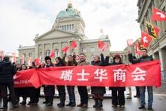 Chinesen in Bern freuen sich auf den Besuch ihres Staatspräsidenten. (Bild: Keystone)