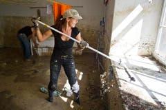 Eine Frau am Aufräumen in der Waschküche. (Bild: Keystone)