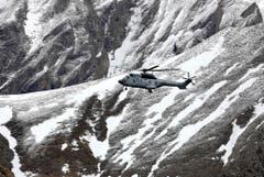Ein Helikopter der französischen Armee fliegt zur Unfallstelle. (Bild: Keystone)