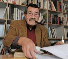 So kannte man Günter Grass: Umgeben von Büchern und mit Pfeife im Mund. (Bild: Keystone)