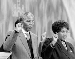 Nelson Mandela und seine Frau Winnie Madikizela-Mandela nehmen am 9. Juni 1990 im Ökumenischen Zentrum des Weltkirchenrates in Genf an einem Empfang der Schweizer Anti-Apartheid-Bewegung AAB teil. (Bild: Keystone)