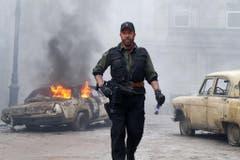 """Im Film """"The Expandables 2"""" macht sogar Chuck Norris einen Chuck Norris-Witz. Silvester Stallone sagt: """"Angeblich wurdest du von einer Königskobra gebissen."""" Darauf Norris: """"Ja wurde ich. Aber nach fünf grausamen Tagen qualvoller Schmerzen ist die Kobra gestorben."""" (Bild: Keystone)"""