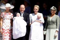 Nicht nur die Sonne strahlt: Das Fürstenpaar mit den Zwillingen sowie Nerine Pienaar (links, Patin von Gabriella) und Diane De Polignac Nigra (rechts, Patin von Jacques) nach der Taufe. (Bild: Keystone)