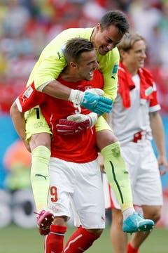 Grosser Jubel bei Diego Benaglio und Joker Haris Seferovic nach dem Sieg in letzter Minute gegen Ecuador an der WM in Brasilien. (Bild: Keystone)
