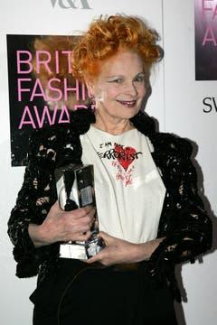 Designerin Vivienne Westwood posiert mit der Red Carpet Designer trophy. (Bild: Keystone)
