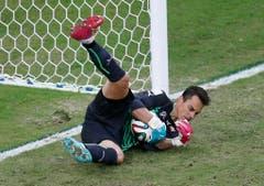 Auch diesen Ball hält Diego Benaglio im WM-Match gegen Honduras im vergangenen Juni. (Bild: Keystone)