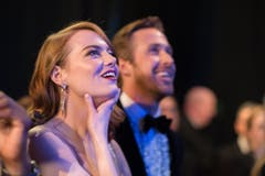 Emma Stone mit ihrem Filmpartner Ryan Gosling (im Hintergrund). Der Musicalfilm «La La Land» war 14 Mal nominiert, gewann jedoch in «nur» sechs Kategorien. (Bild: Matt Petit/Keystone)