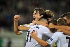 Marco Mathys jubelt mit seinen Teamkollegen nach seinem Tor zum 2:0. (Bild: Urs Bucher)