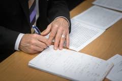 Ein Jury-Mitglied macht sich Notizen. (Bild: Michel Canonica)