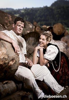 Ehrendame Rahel Berger himmelt den Berner Schwinger Florian Gnägi an. (Bild: dieboesen.ch/Thomas Buchwalder)