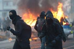 Maskierte Demonstranten in der Nähe des EZB-Gebäudes. (Bild: Keystone)