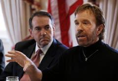 """""""Wenn Chuck Norris Liegestütze macht, stützt er sich nicht ab, er drückt die Erde nach unten."""" Kein Witz: So lobte der republikanische Politiker Mike Huckabee den Schauspieler, der 2008 für ihn in den Wahlkampf ging. (Bild: Keystone)"""