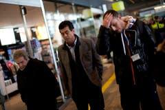 Angehörige von Absturzopfern am Flughafen von Barcelona. (Bild: Keystone)
