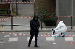 Forensiker und Polizisten sichern Spuren. (Bild: Keystone)