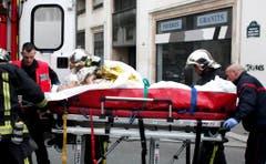 Ein Verletzter wird abtransportiert. (Bild: Keystone)