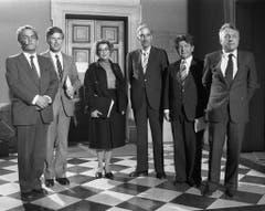 Die offizielle Bundesratskandidatin der Sozialdemokratischen Partei der Schweiz, Lilian Uchtenhagen (mitte) posiert am 6. Dezember 1983 mit ihren parteiinternen Mitbewerbern. Gewählt wird schliesslich Otto Stich (links). (Bild: Keystone)