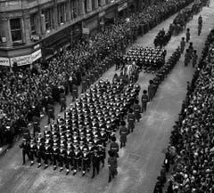 Nach mehreren Schlaganfällen starb Winston Churchill am 24. Januar 1965 im Alter von 90 Jahren. Drei Tage nach seinem Tod fand der Trauerzug durch London statt, 350 Millionen Menschen in Europa verfolgten verfolgten die Beerdigung live am TV. (Bild: Keystone)