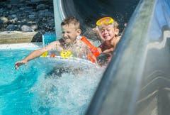 Hallo, da kommen wir! Kinder im Seebad Romanshorn. (Bild: Andrea Stalder)
