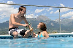 Sie geniessen den Sommertag in ihrem Pool. (Bild: Keystone)