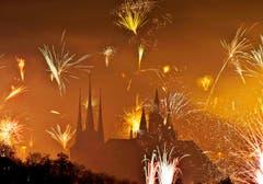 Feuerwerk über dem Mariendom (rechts) und der St. Severikirche in Erfurt. (Bild: Keystone)