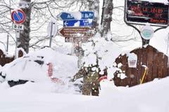 Mittelitalien versinkt im Schnee: Ein Soldat schaufelt dagegen. (Bild: Keystone/AP/Ansa/Emiliano Grillotti)