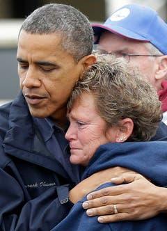 Präsident Barack Obama tröstet ein Opfer des Hurrikans. (Bild: Keystone)