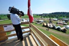 Die Journalisten fangen die Stimmung einen Tag nach dem Unfall im Lager ein. (Bild: Hanspeter Schiess)