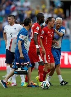 Der Anfang vom Ende: Steve von Bergen wird verletzt vom Feld geführt. (Bild: Keystone)