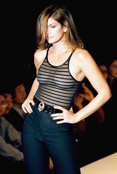 Gewagt: Cindy Crawford im transparenten Top bei der Modeschau in Mailand im Jahr 1997. (Bild: Keystone)