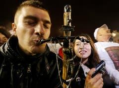 Ein Pilger küsst ein Kreuz, nachdem die Wahl des neuen Papstes bekannt gegeben wurde. (Bild: Keystone)